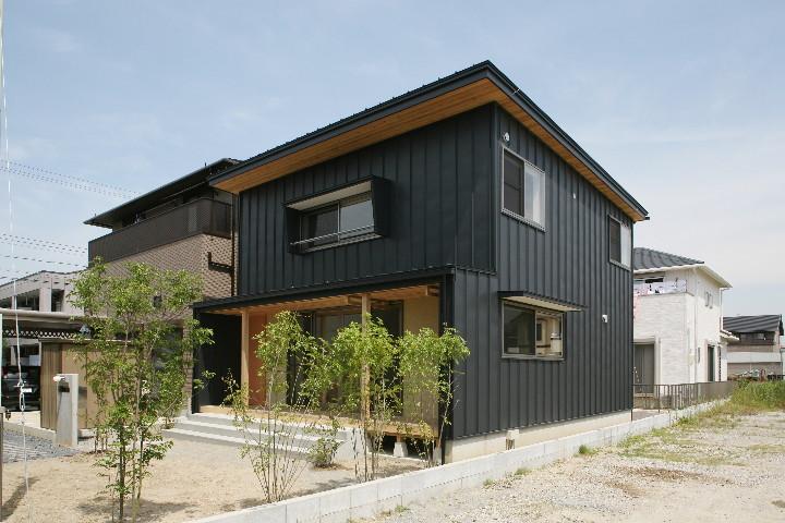 NAVER まとめガルバリウムと木を組み合わせたおしゃれ外壁の家の画像集(木目 紺 黒 色 目隠し …
